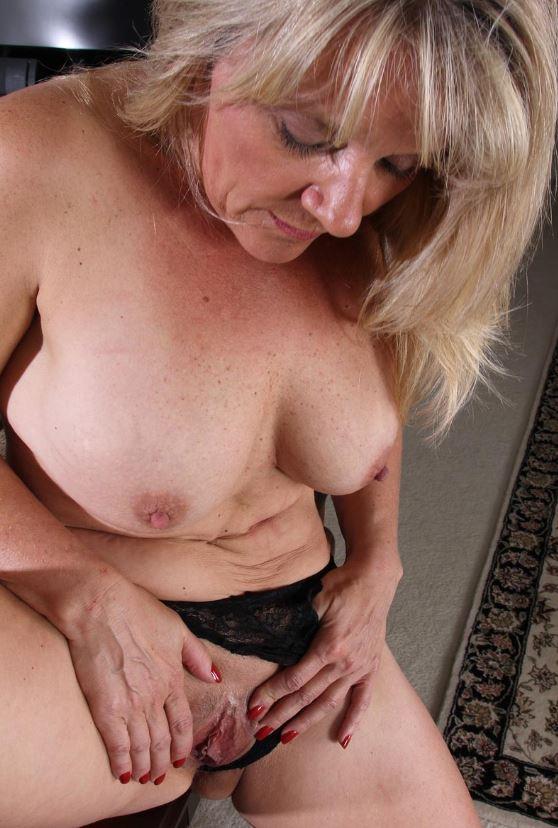 Reife Frau mit dicken Titten und rasierter Muschi