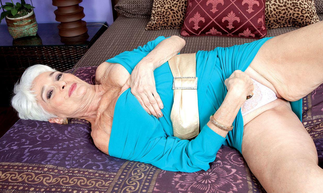 Scharfe geile Oma auf dem Bett