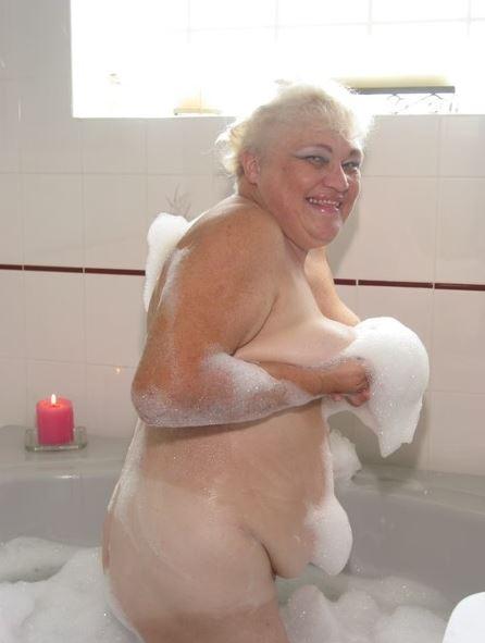 Geile Oma nackt in der Badewanne