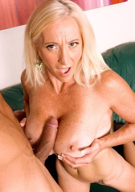 Reife blonde Frau beim Tittenfick