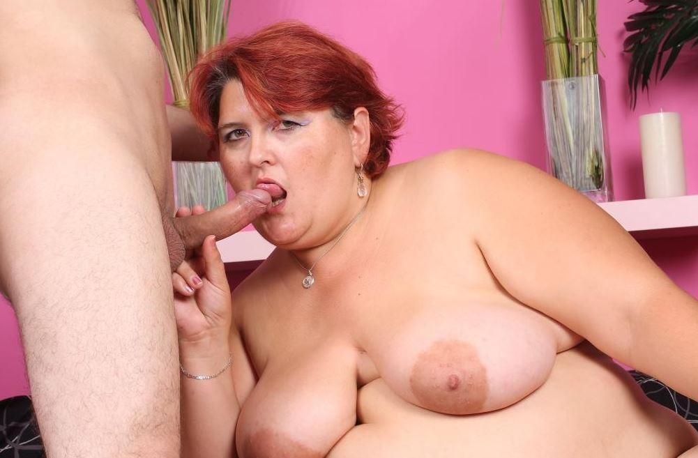 Dicke Frau beim Schwanz blasen